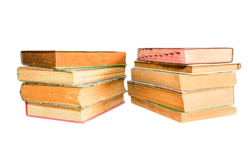 Oude die boeken op witte achtergrond worden gestapeld en worden geïsoleerd stock afbeelding