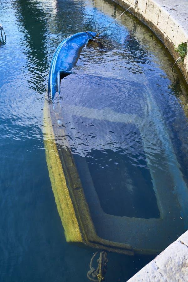 Oude die boot in de haven is gedaald royalty-vrije stock afbeeldingen