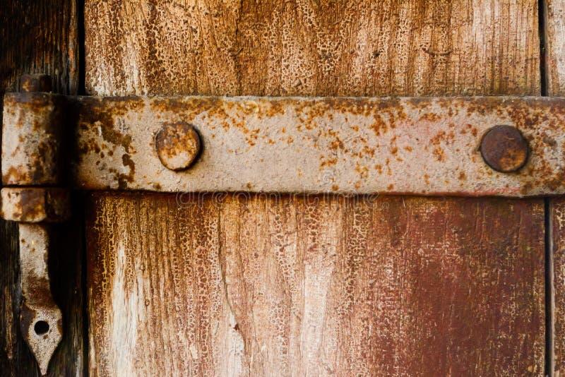 Oude die deurbel van hout wordt gemaakt De deur van een oude kelder royalty-vrije stock afbeeldingen