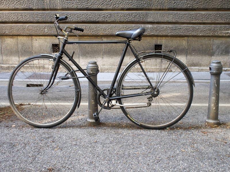 Oude die fiets, met inbreker wordt geparkeerd royalty-vrije stock afbeelding