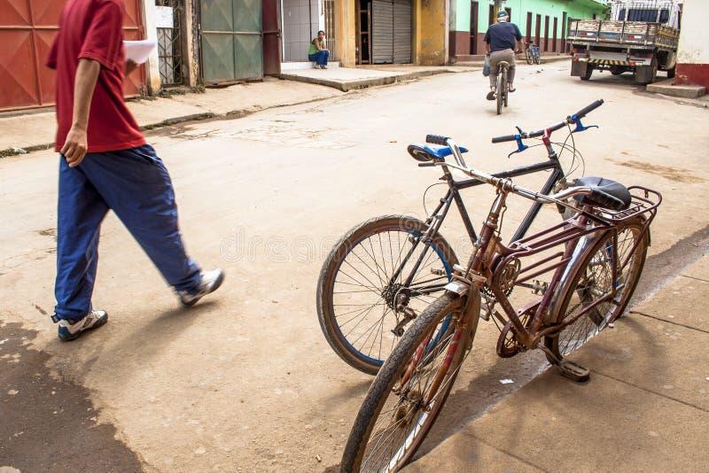Oude die fiets op een straat wordt geparkeerd stock afbeeldingen