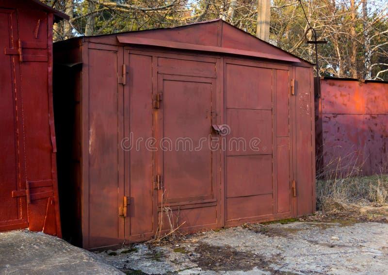 Oude die garage van metaalbladen en profielen wordt gemaakt royalty-vrije stock foto's