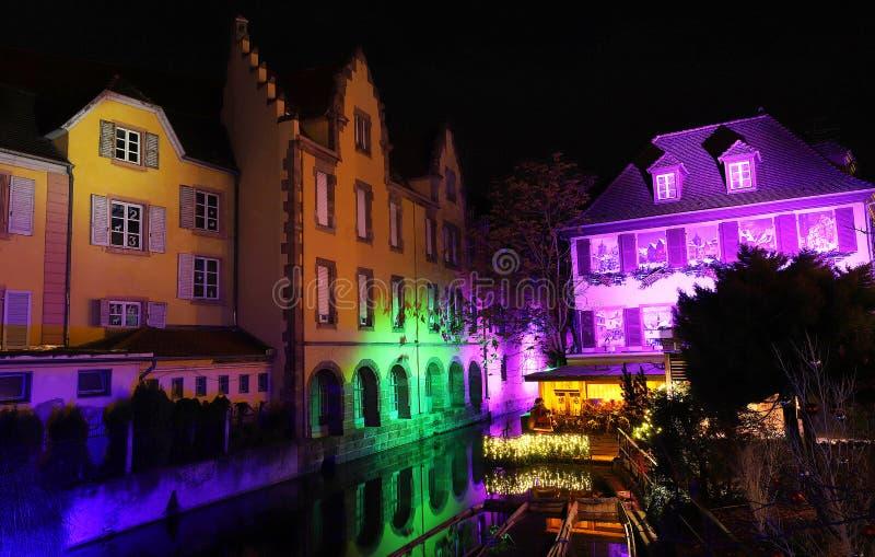 Oude die huizen op het kanaal voor Kerstmis wordt verfraaid Colmar frankrijk alsace stock fotografie