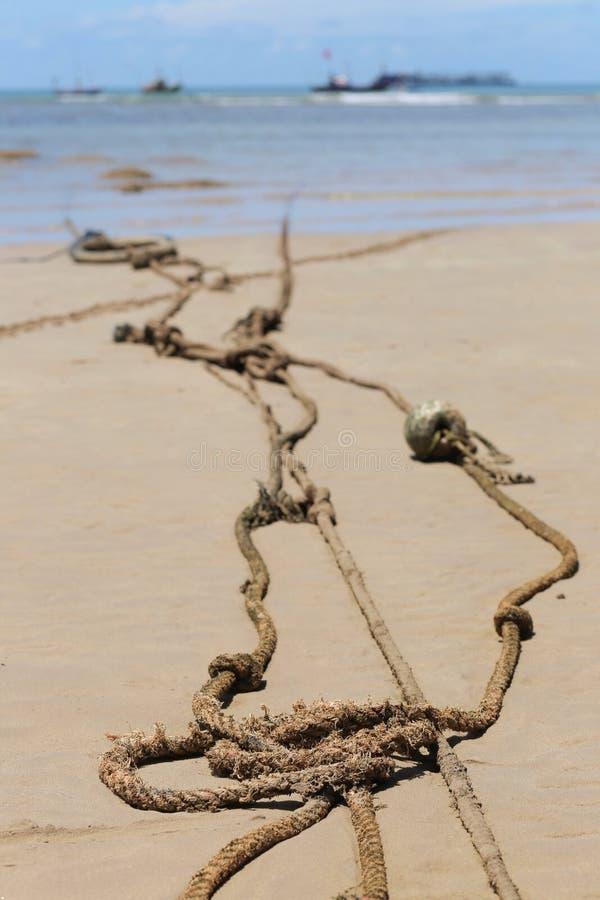 Oude die kabel wordt gebruikt om de boot te binden stock foto's