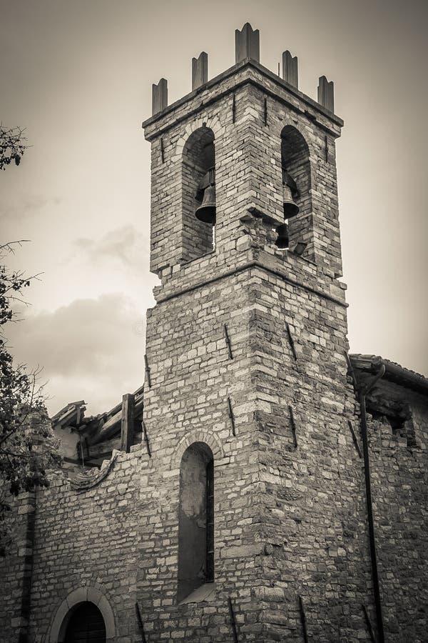 Oude die kerk door de aardbeving wordt vernietigd stock afbeelding