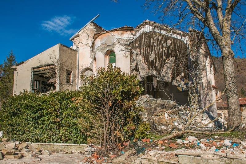 Oude die kerk door sterke aardbeving van centraal Italië wordt vernietigd stock afbeeldingen