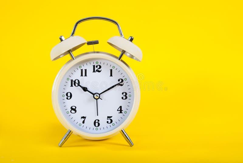 Oude die klok met klokken op roze achtergrond worden geïsoleerd royalty-vrije stock fotografie