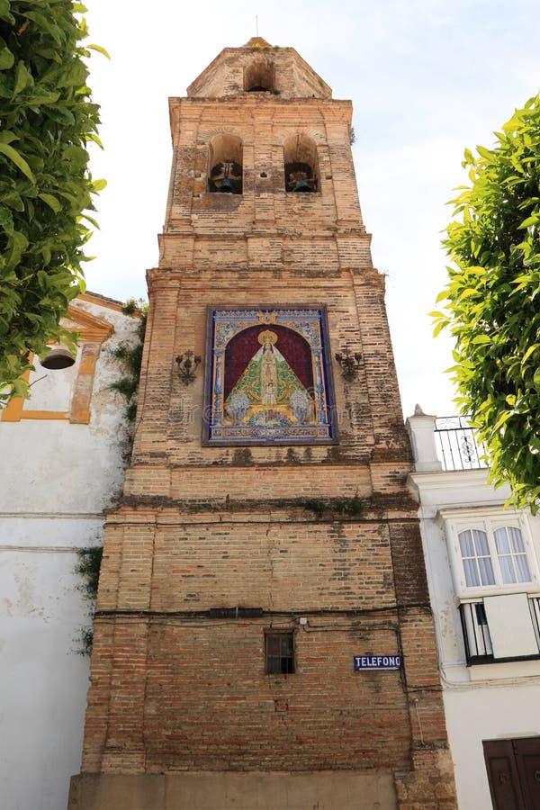 Oude die klokketoren met tegels met het beeld van Maagdelijke Mary van Ntra wordt verfraaid Sra DE La Paz, in de stad van Medina  stock afbeelding