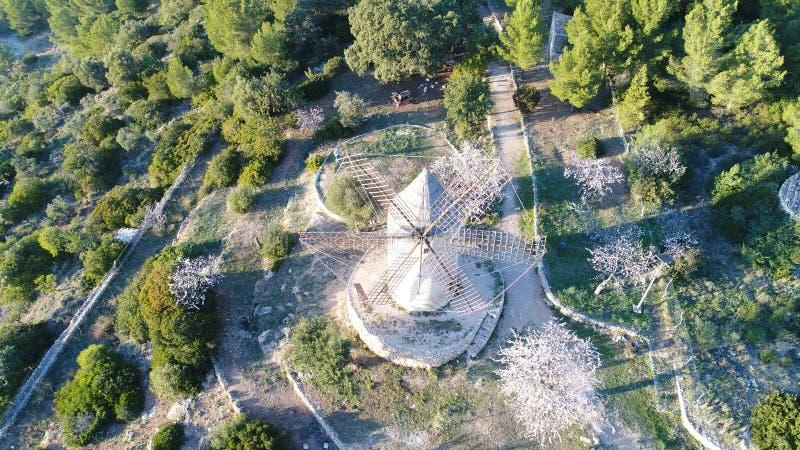 Oude die korenmolen als recreatiegebied wordt hersteld, luchtdiebeeld uit een hommel, spoor 4 wordt genomen pro royalty-vrije stock afbeeldingen