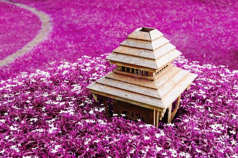 Oude die lamp van houten in purpere bloem wordt gemaakt stock afbeeldingen