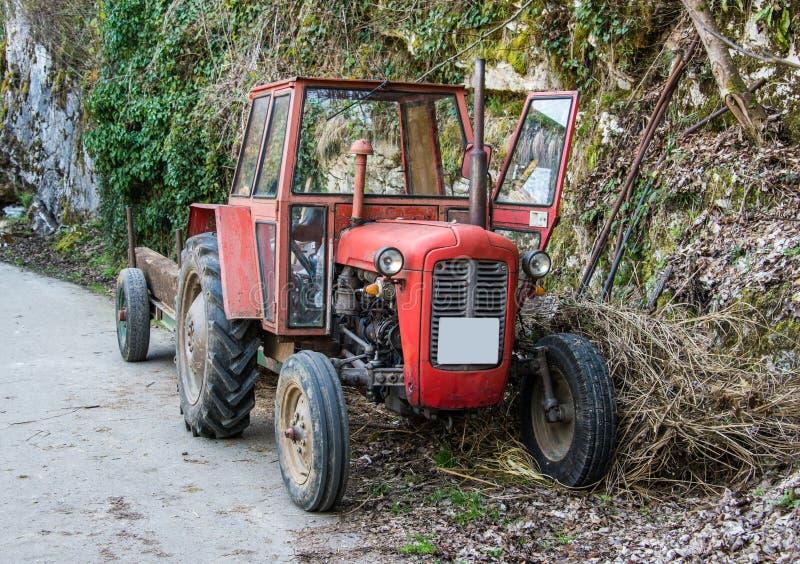 Oude die landbouwersvrachtwagen op de zijmanier wordt geparkeerd stock afbeelding