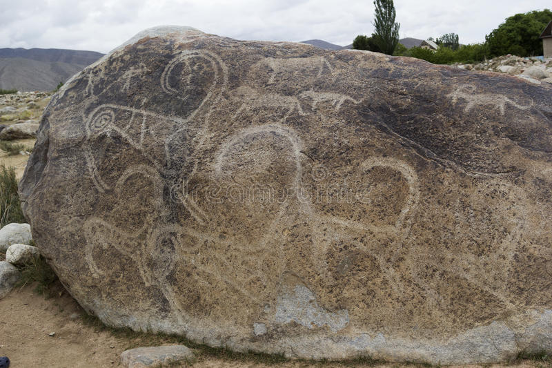 Oude die rotstekening in Ata Cholpon wordt gevestigd, issyk-Kul, Kyrgyzstan stock afbeeldingen