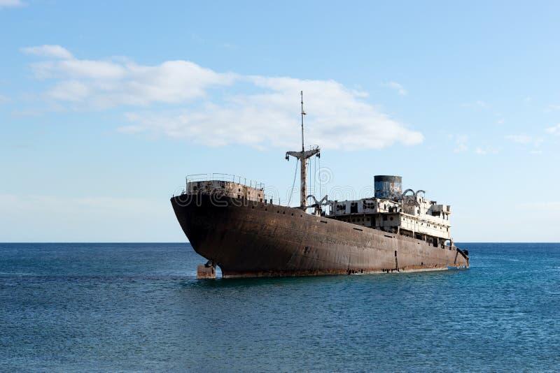 Oude die schipbreuk buiten hoofdarrecife wordt gevestigd Lanzarote royalty-vrije stock afbeeldingen