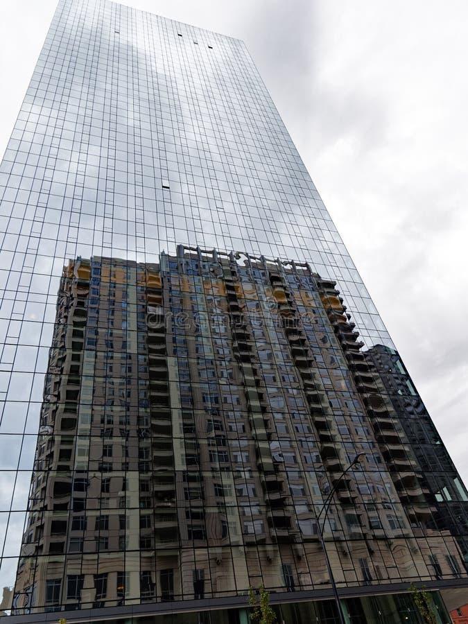 Oude die Stijlwolkenkrabber in Moderne Glasvoorgevel wordt weerspiegeld, Chicago stock afbeeldingen