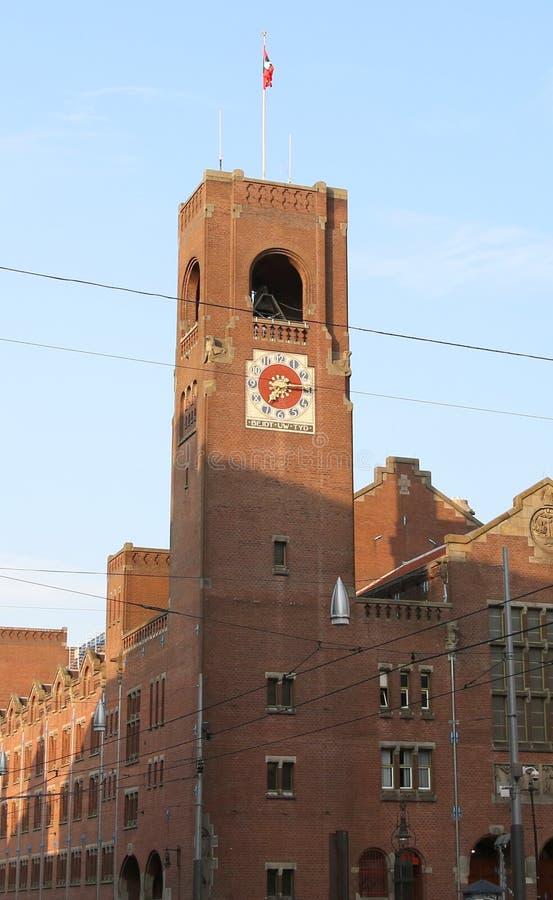 Oude die toren van de beurs van Amsterdam met grote bric wordt gemaakt stock foto's