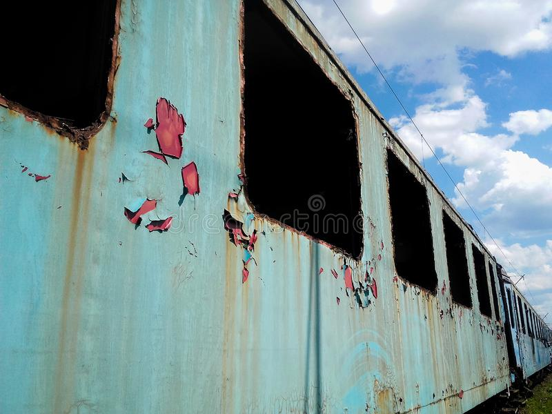 Oude die trein in een station agains blauwe hemel wordt verlaten stock fotografie