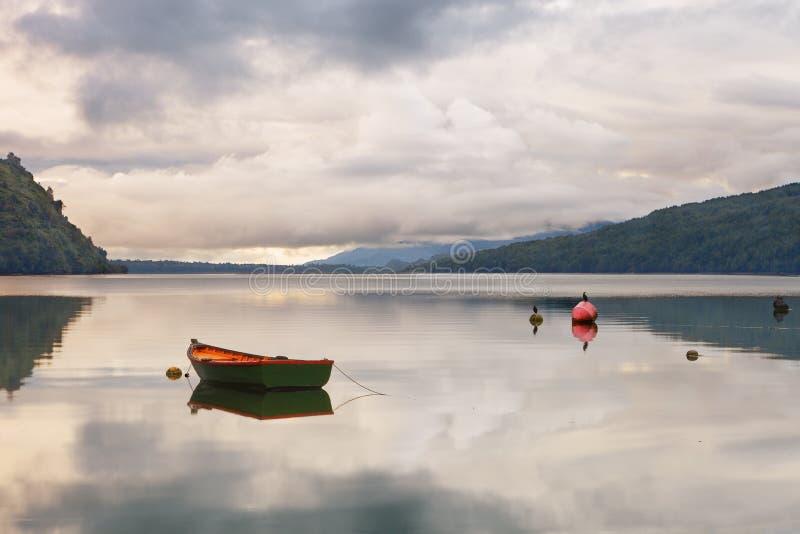 Oude die visserijambacht op de Fjord van strandpuyuhuapi, Patagon wordt verankerd royalty-vrije stock afbeelding