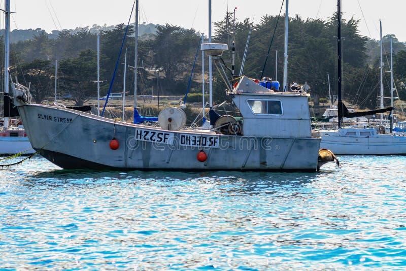Oude die vissersboot in een haven wordt vastgelegd stock foto's