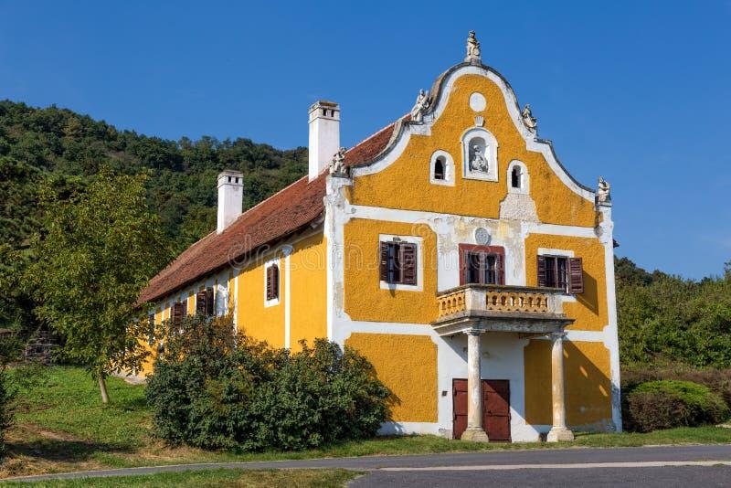 Oude die wijnkelder, in 1780, dichtbij van meer Balaton van Hungar wordt gebouwd stock foto