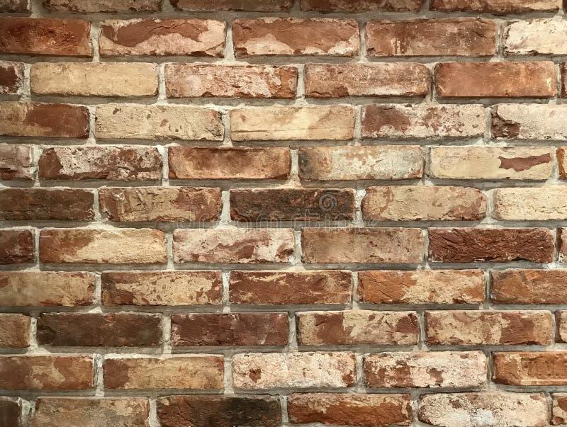 Oude dilapidated bakstenen muur Uitstekende grungeachtergrond stock foto