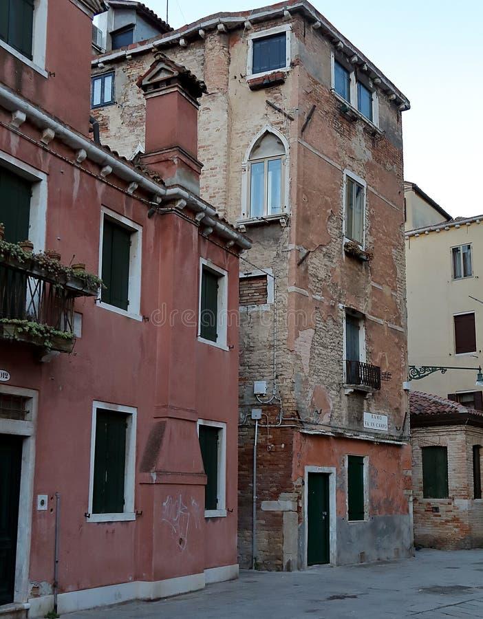 Oude Dilapidated gebouwen op Corte DE l Anatomia O Fiorenzuola, Veneti? stock afbeelding