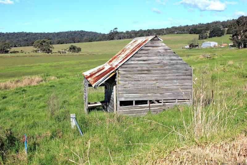 Oude dilapidated landbouwbedrijfloods stock foto's
