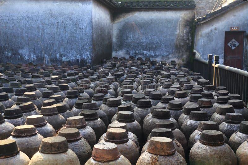 Oude distilleerderij bij een binnenplaats in China stock fotografie
