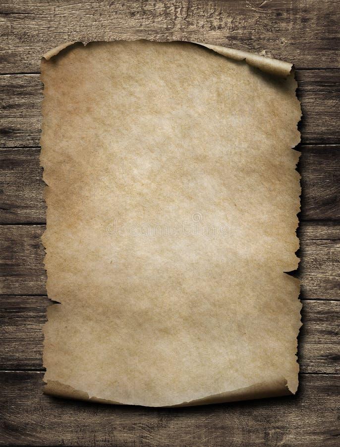 Oude document affiche op houten uitstekende muur stock fotografie
