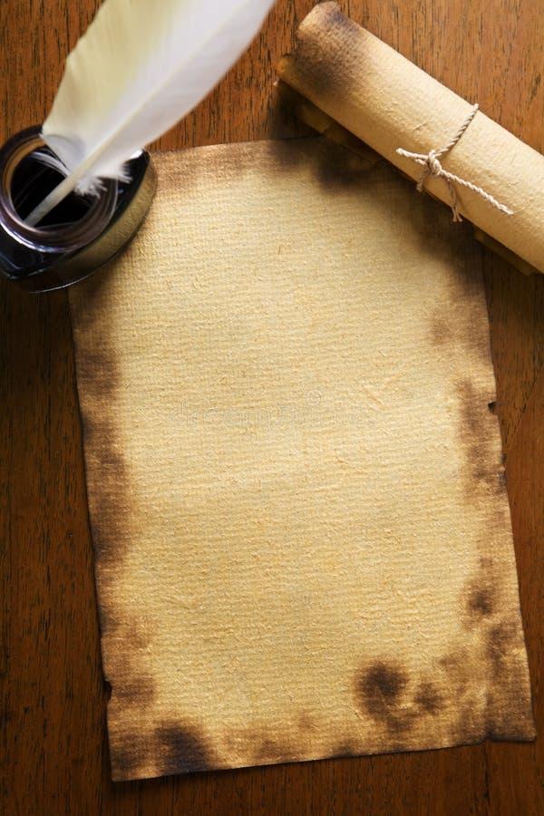 Oude document, ganzepen en rol op houten document stock afbeelding