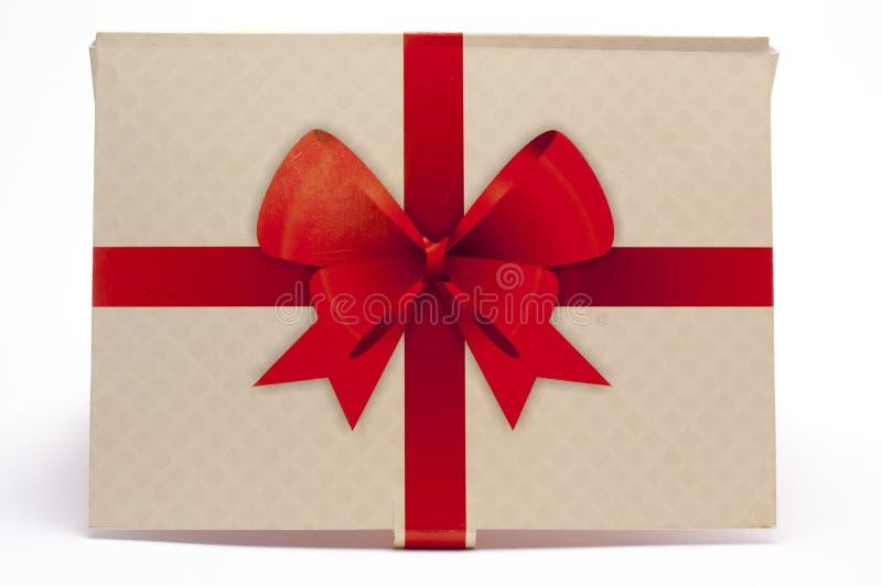Oude document verpakking met rood lint en rode boog stock fotografie