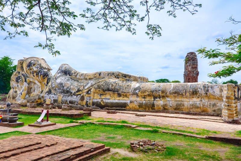 Oude doende leunen Boedha in Wat Yai Chai Mongkol, Ayutthaya, Thailand stock foto's
