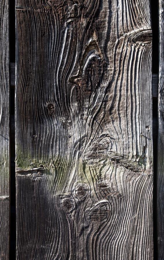 Oude donkere houten raad, plank, close-up, met natuurlijke die patronen, van het weer worden getrokken, abstracte, geweven achter royalty-vrije stock afbeelding