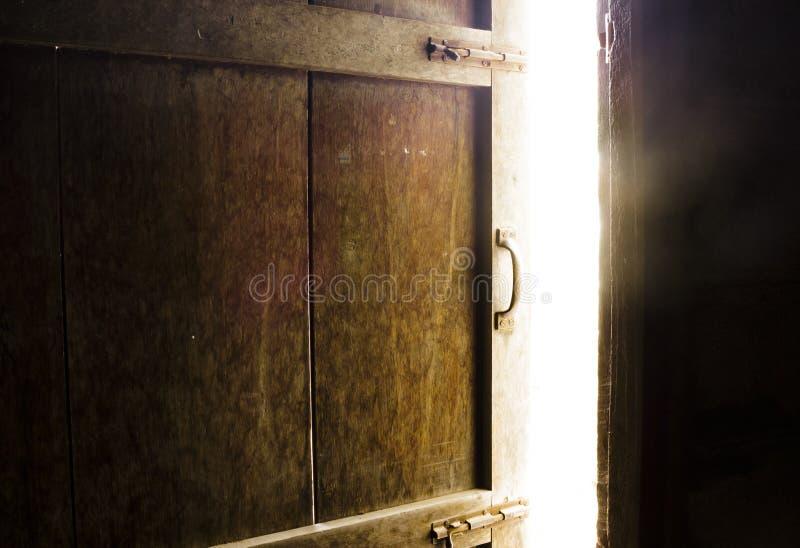 Oude donkere ruimte met glanzende gesloten deur royalty-vrije stock afbeelding