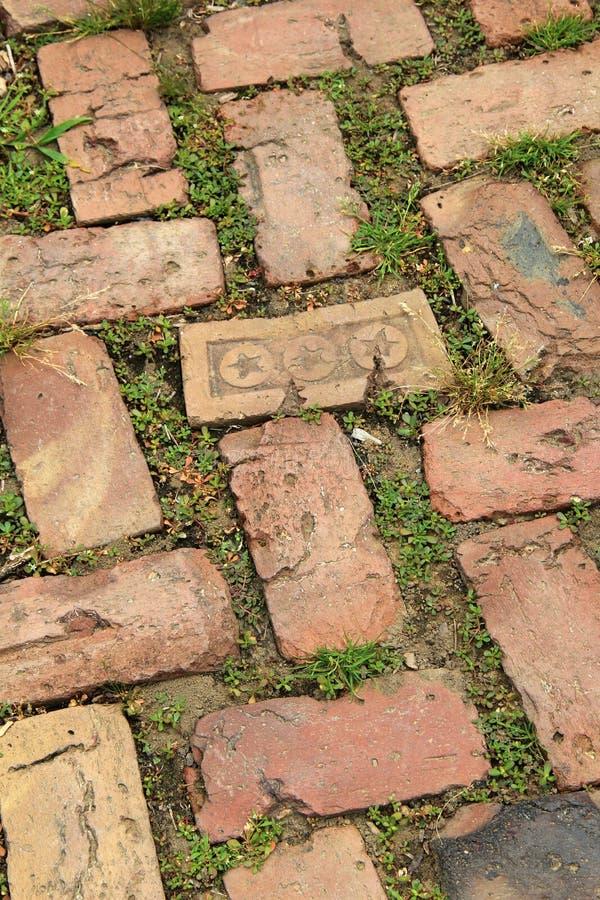 Oude doorstane baksteengang, één gestempeld met sterren royalty-vrije stock afbeeldingen