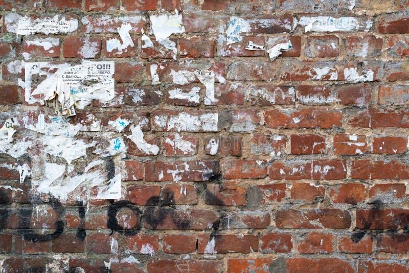 Oude doorstane bakstenen muur royalty-vrije stock foto
