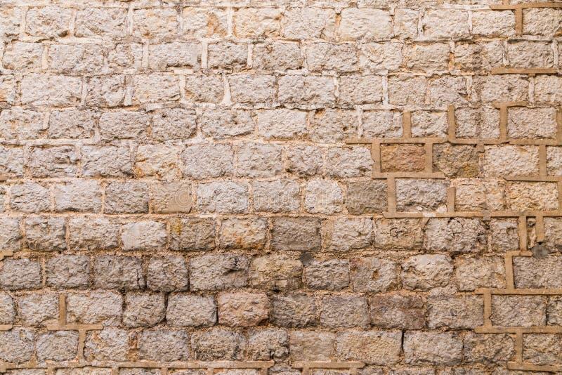 Oude doorstane bakstenen muur stock afbeeldingen