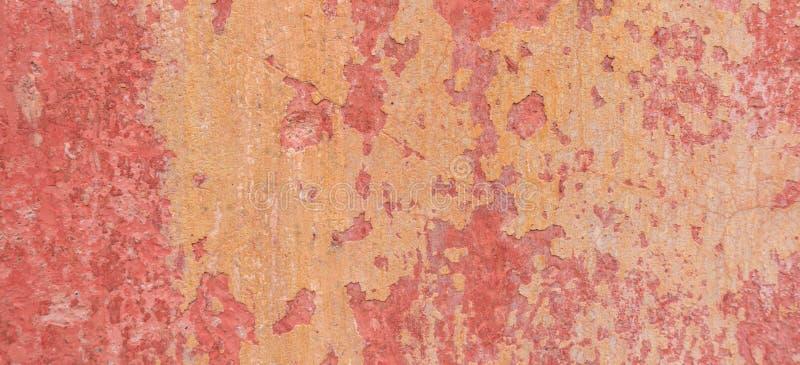 Oude doorstane geschilderde muurtextuur als achtergrond Rode vuile gepelde pleistermuur met het vallen van vlokken van verf royalty-vrije stock afbeelding