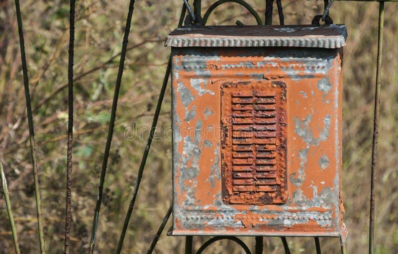 Oude doorstane grunge landelijke metaalpostbus stock afbeelding