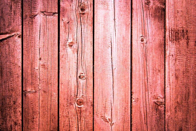 Oude doorstane houten die plank in het leven koraal, roze kleur met metaalstrook wordt geschilderd, de houten achtergrond van de  royalty-vrije stock afbeelding