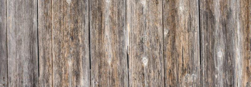 Oude doorstane houten muurtextuur als achtergrond, panoramamening royalty-vrije stock foto's