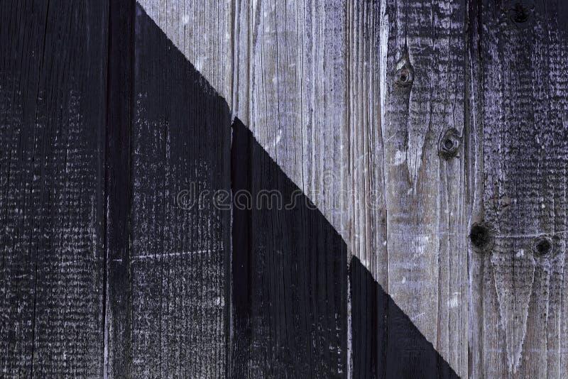 oude doorstane raad Houten muur die in zwarte wordt geschilderd Sjofele Houten Textuur Natuurlijke achtergrond stock fotografie