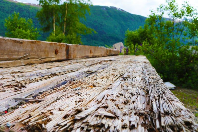 Oude doorstane spoorwegdwarsbalk in stapel stock foto's