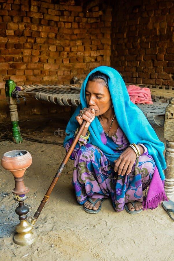 Oude Dorpsdame in India die traditionele kledij dragen stock foto