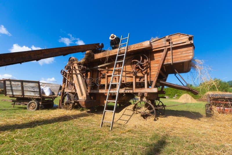 Oude dorsmachine voor tarwe royalty-vrije stock afbeeldingen