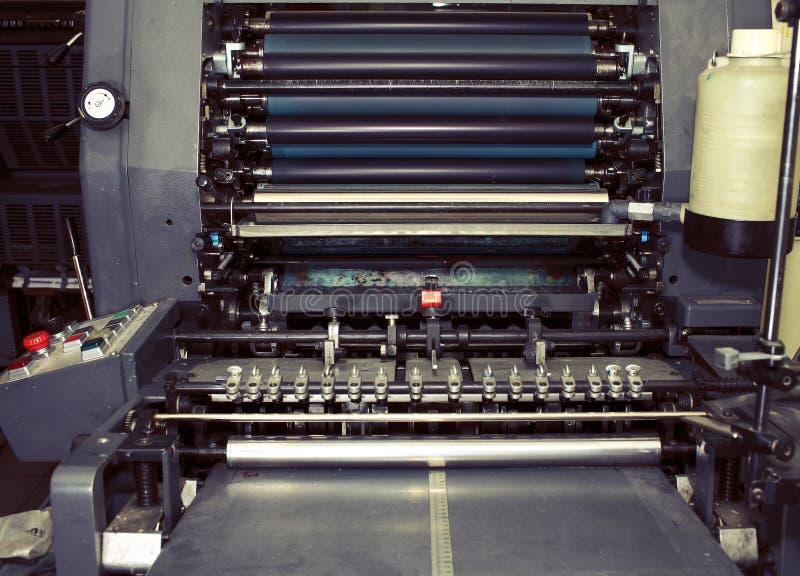 Oude drukmachine in typografie stock afbeelding