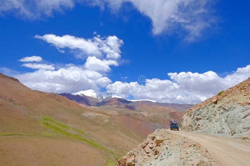 Oude Duitse uitstekende campervan op de steile weg in Paso Abra Del Acay, Salta, Argentinië royalty-vrije stock afbeelding