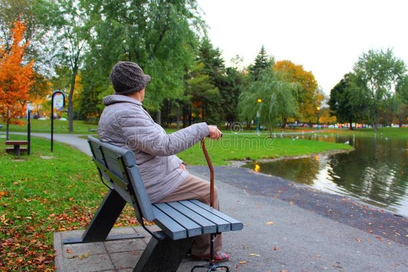 Oude, eenzame vrouw stock afbeelding