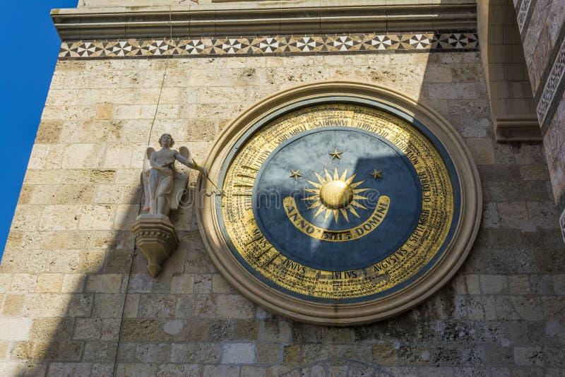 Oude eeuwige kathedraalklok en kalender in Messina sicilië stock foto