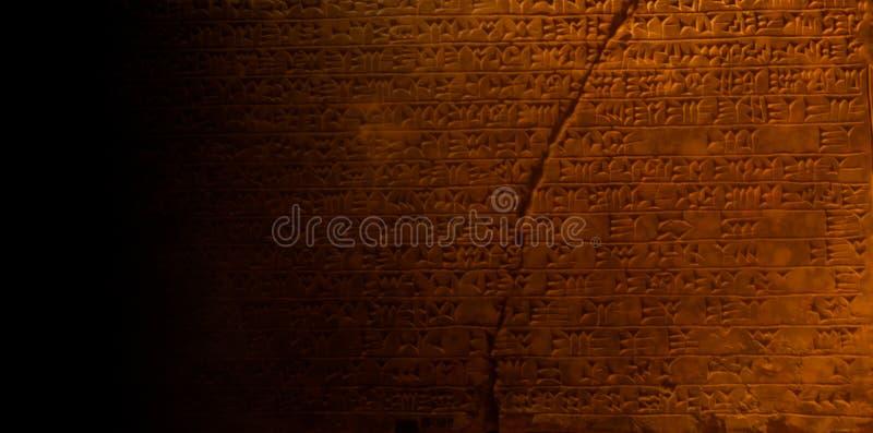 Oude Egyptische hiërogliefen die op sarcofaagsteen schrijven stock afbeelding