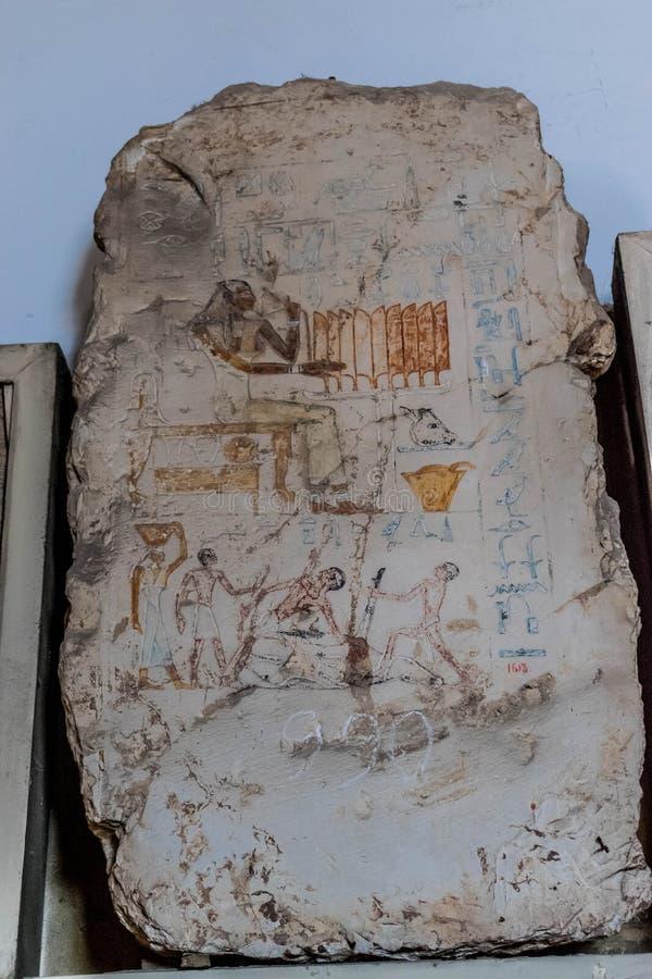 Oude Egyptische scène op een steen Dodende dieren royalty-vrije stock afbeelding